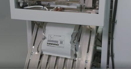射出成形品の自動包装機