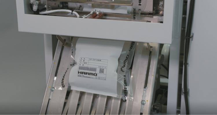 ハーモのチューブフィルム自動包装機|1万個の成形品袋詰めが40秒で可能に
